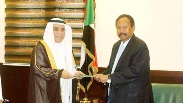 حمدوك متسلما الدعوة من السفير جعفر.