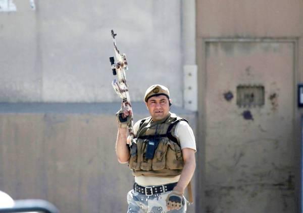 جندي يراقب موقع الانفجار.  (رويترز)