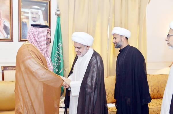 محافظ القطيف عبدالعزيز الصفيان يستقبل الأهالي.