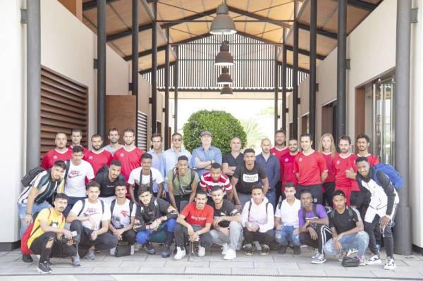 اللاعبون في صورة جماعية بعد وصولهم إسبانيا.