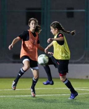 Members of Jordan's women's under-17 national football team are seen during a training session on September 27, 2106 in the capital Amman. FIFA's U-17 Women's World Cup will kick off on September 30 in Jordan. / AFP / KHALIL MAZRAAWI