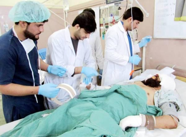 أفغاني يتلقى العلاج بمستشفى بعد إصابته في انفجار سيارة مفخخة بمقاطعة زابل في قندهار أمس. (رويترز)