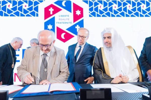 الزعامات الدينية في العالم أثناء توقيعها على الاتفاقية.