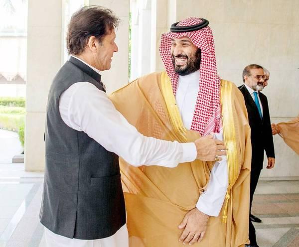 ولي العهد خلال اجتماعه مع رئيس الوزراء الباكستاني عمران خان في قصر السلام بجدة أمس.