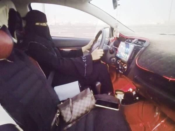 سها تقود مركبتها الخاصة بتدريب الفتيات على القيادة.