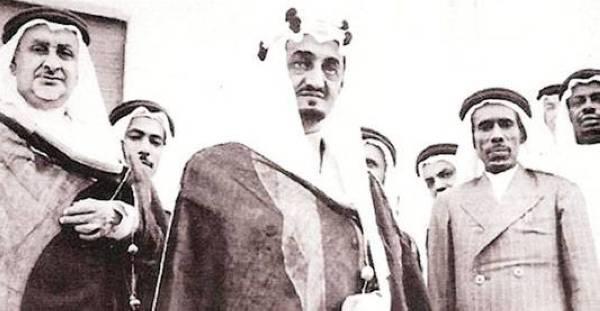 الصبان إلى يسار الملك فيصل في الستينات.