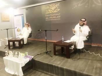 الكعبي وإلى جواره مدير الجلسة آل مبارك.