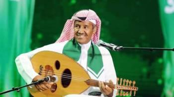 خالد عبدالرحمن مؤدياً وصلته الغنائية في حفلة الجوف.