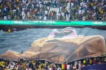 جماهير نادي الاتحاد عبرت بطريقتها الخاصة عن احتفالاتها باليوم الوطني برفع صورة كبيرة للأمير محمد بن سلمان.