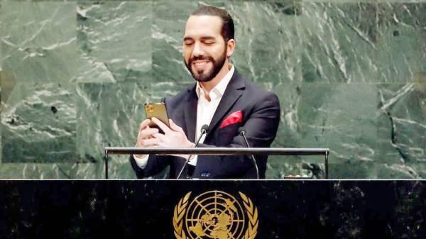 نجيب أبو كيلة أثناء التقاطه الصورة.