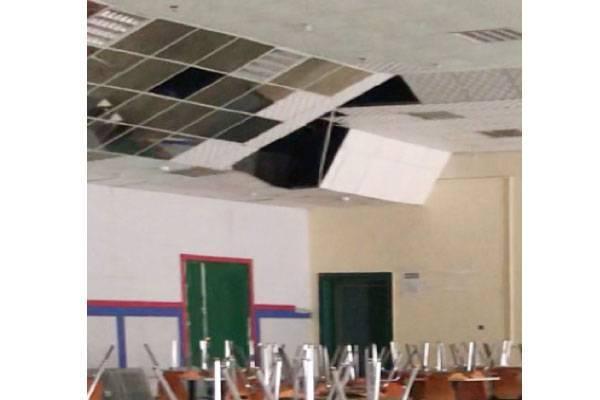 الأسقف سقطت في القاعة. (عكاظ)