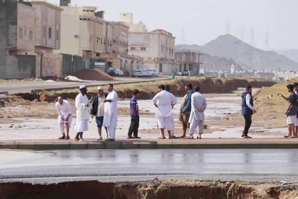 عبَّارة السيول تشكل خطرا على سكان الحي. (عكاظ)
