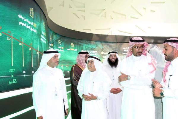 وزير الصناعة والثروة المعدنية يستمع لشرح خلال إطلاق الخدمات والمنتجات التمويلية الجديدة.  (تصوير: عبدالعزيز اليوسف)