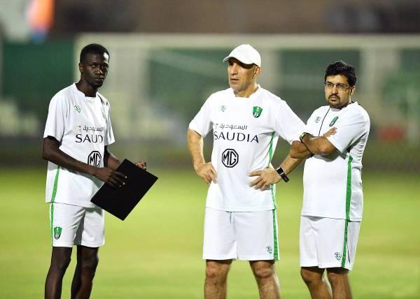 المدرب المحمدي في حصة تدريبية للأهلي.