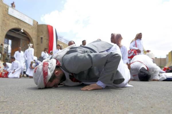 مختطفون يمنيون يسجدون لله شكرا عقب إطلاق الحوثيين سراحهم من السجن المركزي في صنعاء أمس الأول. (أ ف ب)