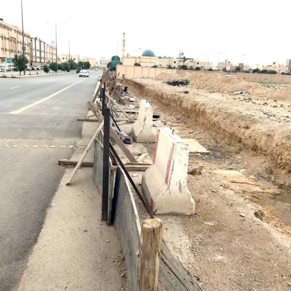 مشروع مصلى العيد المتعثر في الحي تحول إلى أفخاخ يتربص بالعابرين. (تصوير: عبدالعزيز اليوسف)