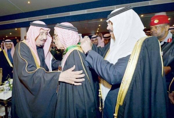 خادم الحرمين الشريفين الملك سلمان يقلد البواردي وسام الملك عبدالعزيز عام 2014.