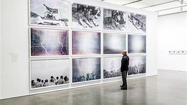 الفنان وليد رعد أمام أعماله التي توثق أحداث الحرب على لبنان.