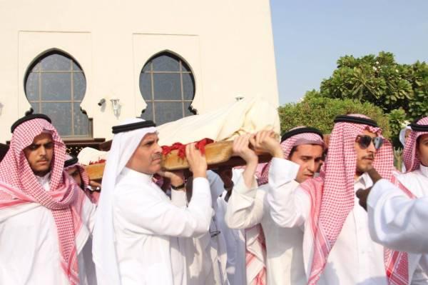 جثمان الفقيد محمولا على الأكتاف بعد الصلاة عليه. (تصوير: عبدالعزيز اليوسف)