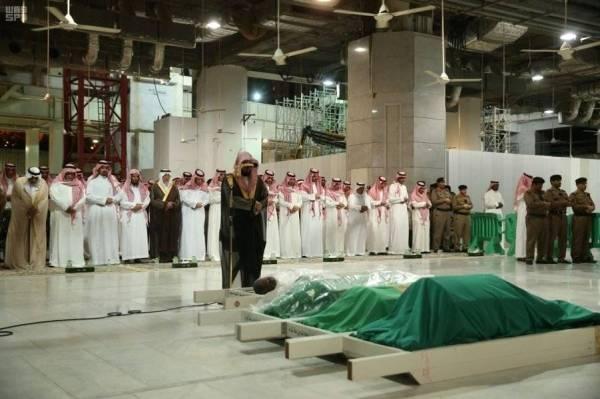 أمير مكة المكرمة يؤدي صلاة الميت على والدة بندر بن سلطان