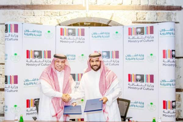 الأمير بدر بن عبدالله بن فرحان، في وقت سابق، يوقع مع وزير الشؤون البلدية والقروية مذكرة تفاهم.