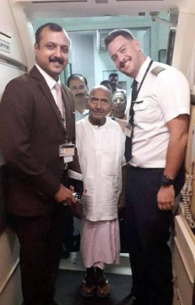 سوامي مع موظفي المطار.