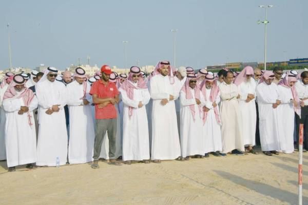 جموع من الرياضيين أثناء تأدية صلاة الميت على الشريدة.