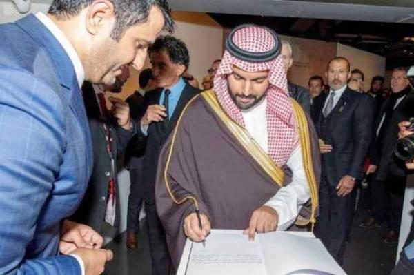 وزير الثقافة يسجل كلمة في سجل زيارات المعرض.