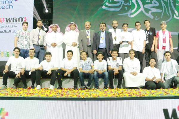 الطلاب المتأهلون للأولمبياد. (عكاظ)
