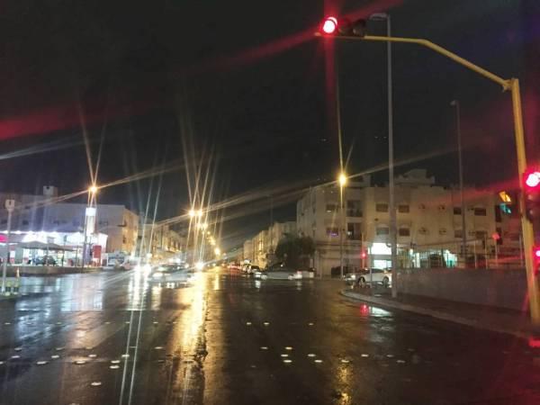 أحد شوارع جدة أثناء هطول الأمطار أمس. (عكاظ)