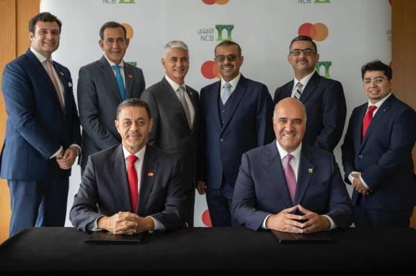 جانب من توقيع الاتفاقية بين البنك الأهلي وماستركارد .
