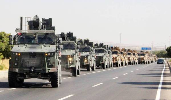 قوافل عسكرية تركية في مدينة كيليس بالقرب من الحدود التركية السورية، قبل انطلاق العملية العسكرية بساعات معدودة، اليوم. (رويترز)