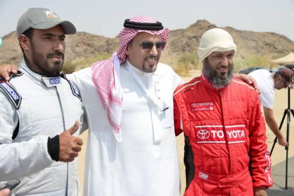 الأمير خالد بن سلطان يتوسط متسابقين.