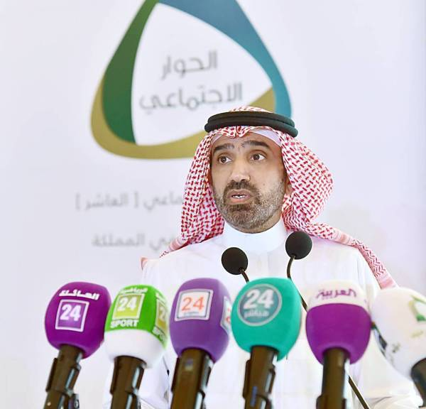 وزير العمل متحدثا في منتدى الحوار الاجتماعي العاشر في الرياض أمس (الأربعاء).