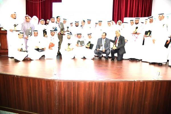 المكرمون في جائزة الأداء المتميز لقسم التربية الفنية.