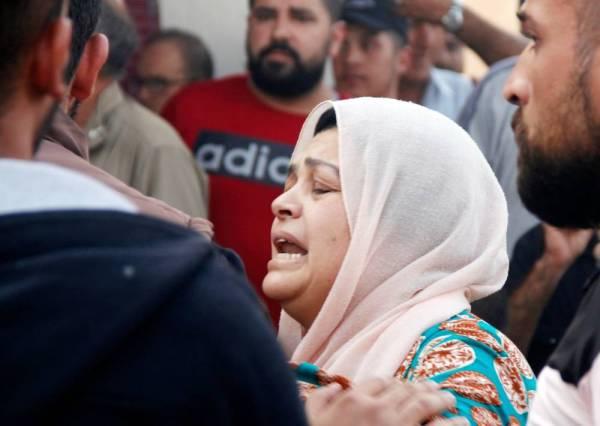 سورية تبكي في موقع انفجار سيارة محملة بالمتفجرات في القامشلي أمس. (أ ف ب)
