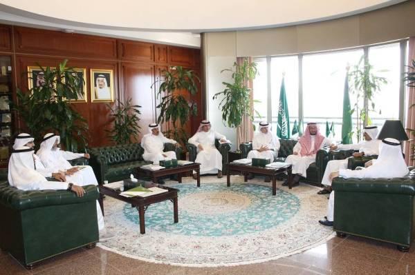 منسوبو الوقف العلمي ودارة الملك عبدالعزيز عقب توقيع الاتفاقية.