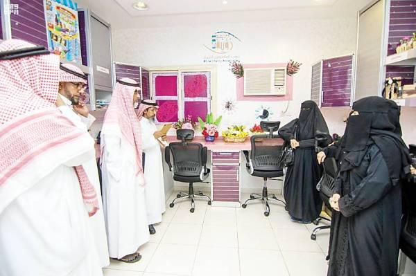 أعضاء صندوق سابك الخيري لدى زيارتهم جمعية المكفوفين. (عكاظ)