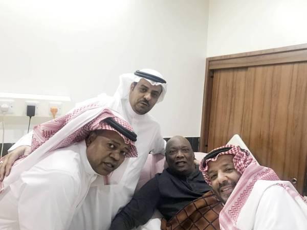 سالم مروان محاطا بالنجمين محمد عبدالجواد وسعيد العويران، والزميل حسين الشريف.