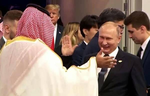 الرئيس بوتين مصافحا ولي العهد