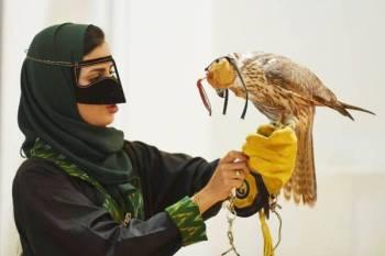 شغف كبير قاد السعوديات للاهتمام بالصقور.