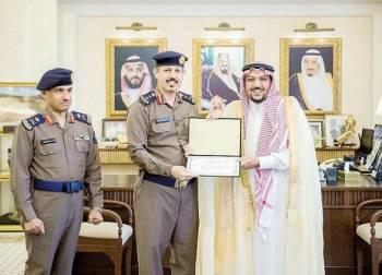 الأمير فيصل بن مشعل مكرما منسوبي الدفاع المدني. (عكاظ)