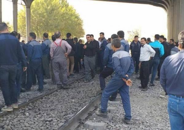 إيران: عُمَّال يقطعون السکك الحديدية بين الشمال والجنوب