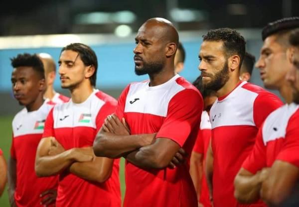 عبداللطيف البهداري وسط لاعبي المنتخب الفلسطيني.