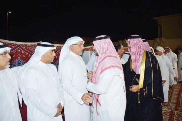 الأمير عمرو الفيصل مقدما التعازي أمس. (تصوير: عبدالسلام السلمي)