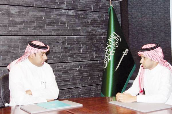 العايد خلال حديثه إلى الزميل محمد سعود. (تصوير: عبدالعزيز اليوسف)