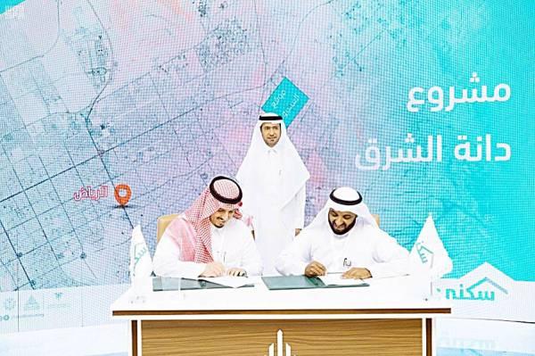وزير الإسكان ماجد الحقيل خلال توقيع الاتفاقيات أمس.
