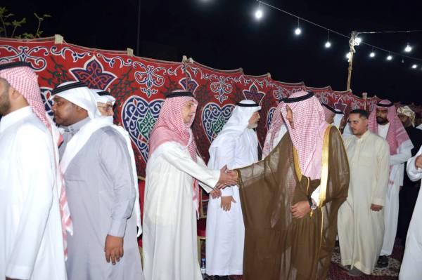 الأمير سلطان العبدالله الفيصل مقدما التعازي أمس.
