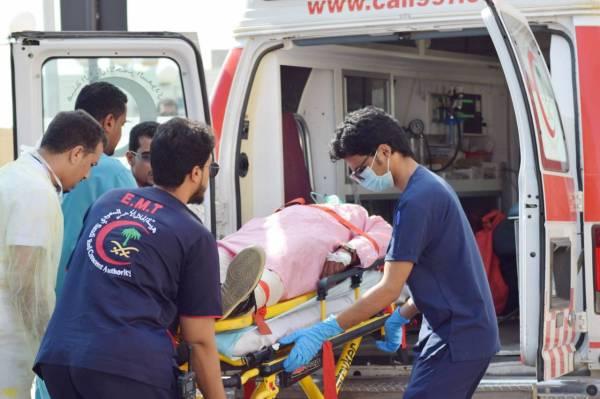 نقل أحد المصابين لتلقي العلاج.