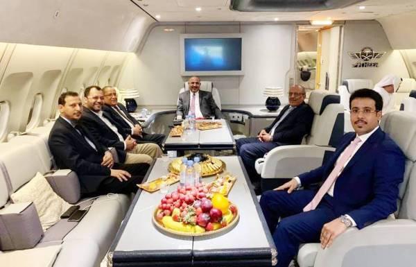 وفد المجلس الانتقالي داخل طائرة تنقلهم من جدة إلى الرياض أمس. (الموقع الإلكتروني للمجلس)